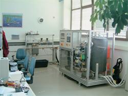 Sistem za regulacijo tlačne razlike na testni progi za preizkušanje ventilov